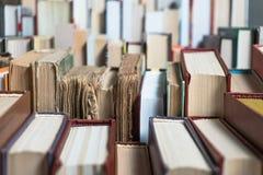 许多书在书店或图书馆 免版税库存图片