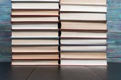 许多书在书店或图书馆 免版税图库摄影
