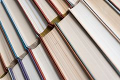 许多书在书店或图书馆 库存照片