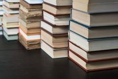 许多书在书店或图书馆 免版税库存照片