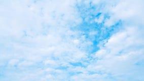 许多云彩和天蓝色的天空背景 在蓝天的大气与拷贝空间 图库摄影