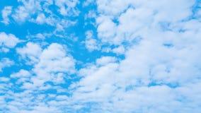 许多云彩和天蓝色的天空背景 库存图片