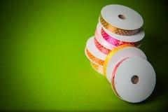 许多五颜六色的丝带 免版税库存照片