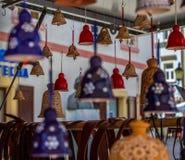 许多五颜六色的响铃在卢布尔雅那街道上的一家小商店  图库摄影