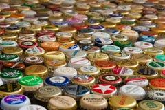 许多五颜六色的啤酒盖帽 免版税库存图片