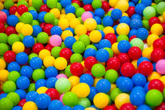 许多五颜六色的塑料球 免版税库存图片