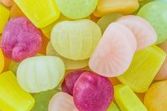 许多五颜六色的果子胶粘的糖果 免版税库存照片
