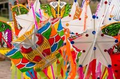 许多五颜六色的玩具风筝 免版税库存图片