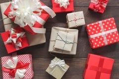 许多五颜六色的礼物盒的空中图象 在现代土气棕色木在家办公桌上的美好的品种对象 项目 库存图片