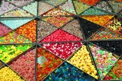 许多五颜六色的胶糖果待售 库存图片