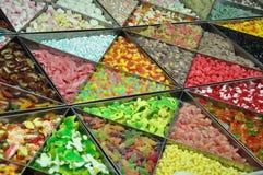 许多五颜六色的胶糖果待售 图库摄影