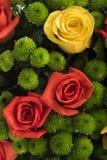许多五颜六色的花美丽的花束与玫瑰的在上面 免版税库存图片
