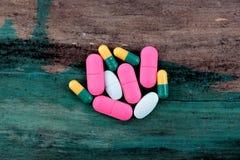 许多五颜六色的药片和片剂 免版税库存照片