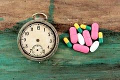 许多五颜六色的药片和片剂 免版税库存图片
