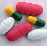 许多五颜六色的药片和胶囊,关闭 免版税库存图片