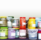 许多五颜六色的陶瓷釉刺激与白色标签 库存图片