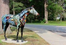 许多五颜六色的马雕塑之一看在城市中,萨拉托加斯普林斯,纽约, 2018年 图库摄影