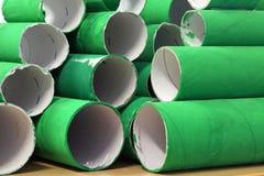 许多五颜六色的绿色纸板卷堆  库存照片