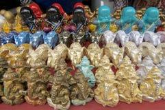 许多五颜六色的Ganesha、大象和Buddhas雕象 免版税图库摄影