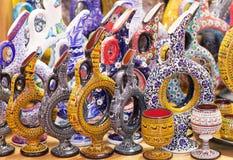 许多产品纪念品在盛大义卖市场在伊斯坦布尔,土耳其 图库摄影
