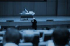 许多人和商人的研讨会在得知的主要观众席网上经营活动和使用 图库摄影