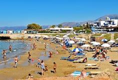 许多人民享受一个夏日在星海滩在克利特海岛上的Hersonissos在希腊 图库摄影