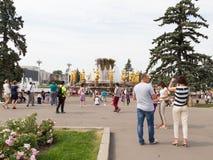 许多人民在一个美丽的公园在莫斯科 免版税图库摄影