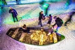 许多人民在冬天滑冰的溜冰场在Rijksmuseum前面的晚上,一个普遍的旅游目的地滑冰在阿姆斯特丹 图库摄影