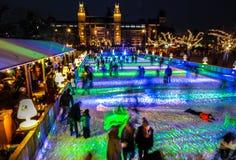 许多人民在冬天滑冰的溜冰场在Rijksmuseum前面的晚上,一个普遍的旅游目的地滑冰在阿姆斯特丹 免版税库存照片