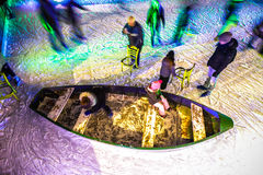 许多人民在冬天滑冰的溜冰场在Rijksmuseum前面的晚上,一个普遍的旅游目的地滑冰在阿姆斯特丹 库存照片