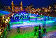 许多人民在冬天滑冰的溜冰场在Rijksmuseum前面的晚上,一个普遍的旅游目的地滑冰在阿姆斯特丹 库存图片
