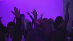 许多人民在夜总会挥动的手上,使用的DJ,活跃照相机运动 影视素材
