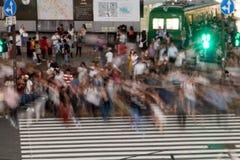 许多人民在横穿斑马被弄脏移动走了 免版税库存照片