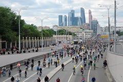 许多人民在莫斯科市中心骑自行车 免版税库存图片
