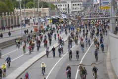 许多人民在莫斯科市中心骑自行车 免版税库存照片