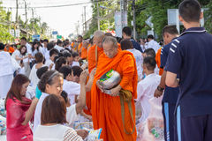 许多人民在visakha bucha天给食物并且喝为施舍给1,536个和尚 图库摄影