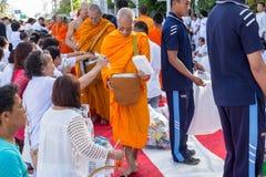许多人民在visakha bucha天给食物并且喝为施舍给1,536个和尚 库存图片