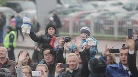 许多人民微笑 孩子挥动奥林匹克熊 索契奥林匹克圣火接力赛在圣彼得堡 股票录像