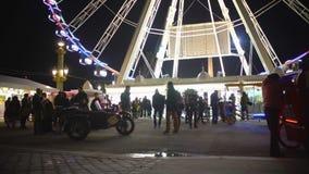 许多人民获得乐趣在游乐园,享受业余时间周末 影视素材