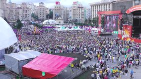 许多人民观看的足球比赛人群  影视素材