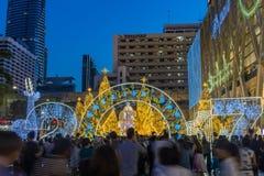 许多人民走向拍圣诞节和新年在中央世界前面的装饰的照片光 库存图片