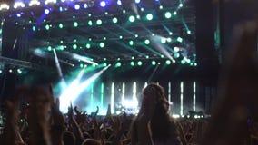 许多人民鼓掌在音乐会的,享受音乐,慢动作的爱好者的手 股票视频