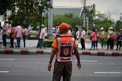 许多人的保安设施能走在小径的线沿Ratchadamnoen路,曼谷,泰国 免版税库存照片