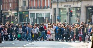 许多人,游人,穿过摄政的街道的伦敦人顾客 居住于的城市概念 伦敦英国 免版税图库摄影