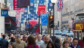 许多人,游人,穿过摄政的街道的伦敦人顾客 居住于的城市概念 伦敦英国 免版税库存照片