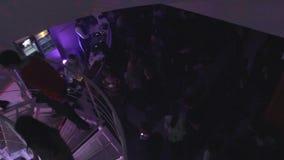 许多人,走在螺旋台阶上下的妇女在夜总会 股票视频