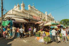 许多人bying的果子和绿色在拥挤街市上在历史印地安大厦 免版税图库摄影