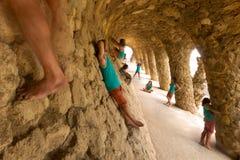 许多位置的一个人在Parc Guell成拱形 图库摄影