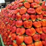 许多作为背景或墙纸的草莓在泰国市场北部  免版税图库摄影
