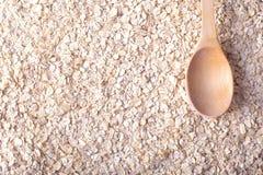 许多作为背景的燕麦粥或燕麦剥落与木匙子 库存照片